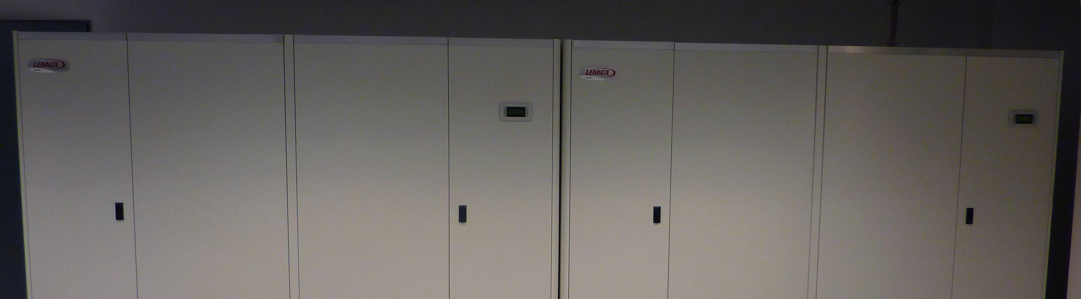 szafy klimatyzacyjne – zimne powietrze wtlaczane jest pod podloge techniczna