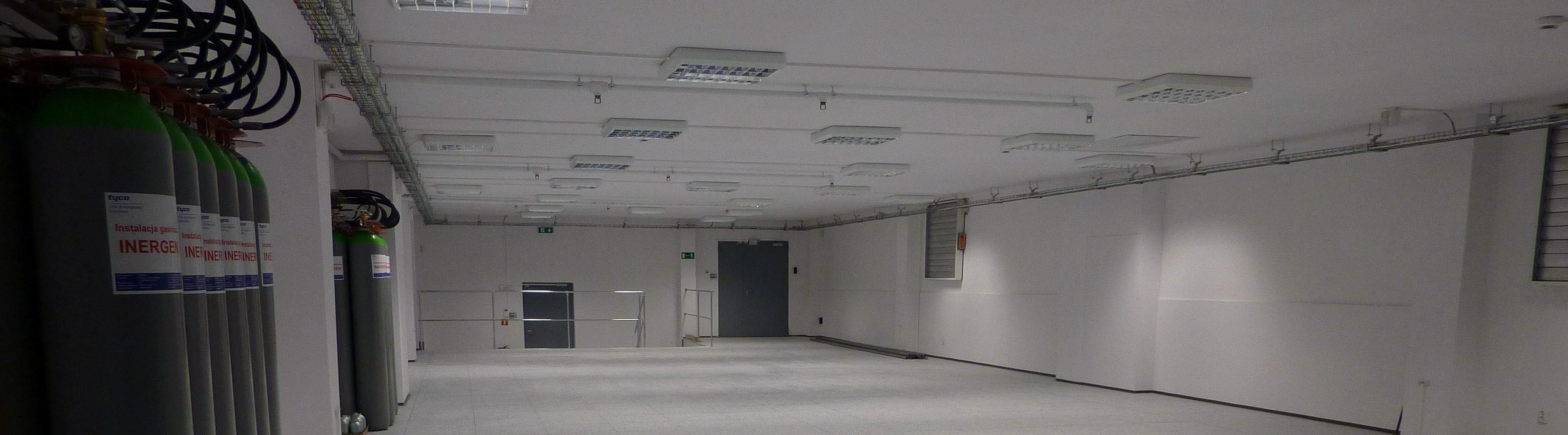 przestrzen serwerowni, na koncu pomieszczenia widac dwa wyjscia- awaryjne i techniczne